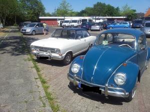 Zwei Veteranen, die man in den 70ern überall traf: Opel Kadett B und VW Käfer. Spitze? Keine 130 ;)