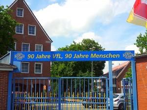 90 Jahre VfL - 90 Jahre Menschen! Entweder beschreibt dieser Spruch das Durchschnittsalter bei Germania Leer, oder aber man glaubt in der Ostfriesenmetropole wirklich an eine alternative Schöpfungsgeschichte