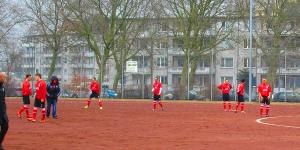 Ungewohntes Bild: der FC (Sparta) Bremerhaven in rot. Die Gäste aus Oberneuland hatten verpennt, die richtigen Trikots mitzunehmen...