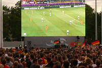 Public Viewing - Hauptsache Party! (Bild: wikipedia.org)
