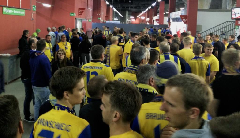 """""""Nur nach Hause könn' wir nicht"""" - Eintracht-Fans werden von Justpay am Heimweg gehindert."""